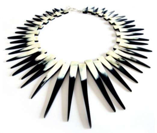 Collar WALKA de la colección Toro Sagrado. Material: cuerno de buey. Foto: Sitio web WALKA (autorizada)