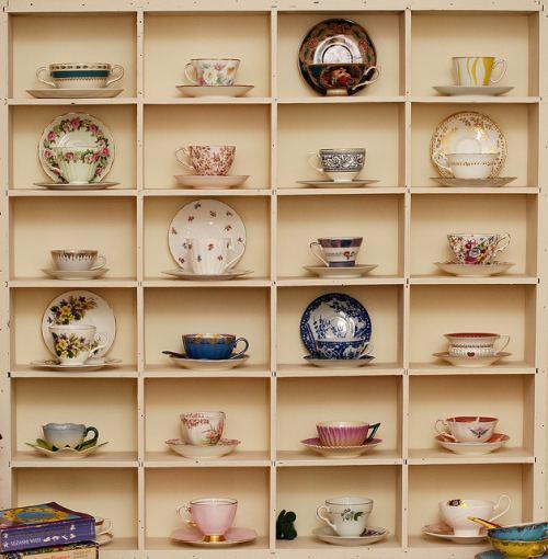 Colección de tazas antiguas, cuidadosamente expuestas. Foto: http://decoracion.in