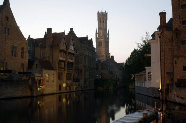 El decoro de la imagen urbana de Brujas es sin duda una de sus características mas notables; ciudad de recovecos y reflejos románticos y seductores. Foto: Fernando Villegas.